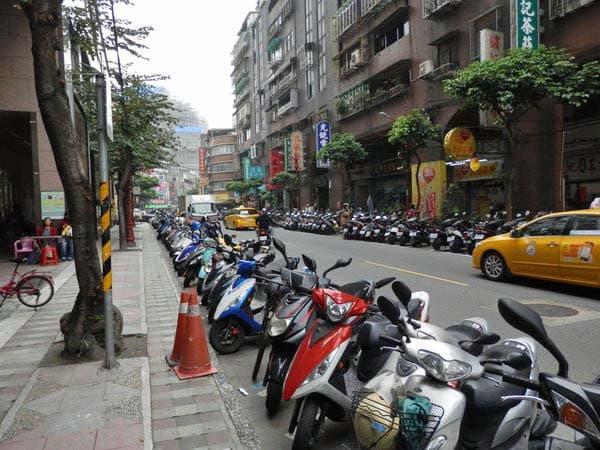 街はスクーターでいっぱいです