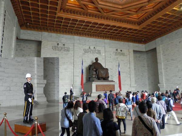 蒋介石の像と警備兵