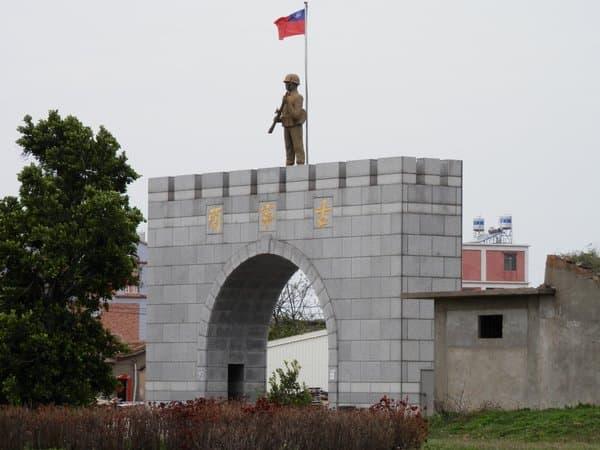 道路上の兵士の像