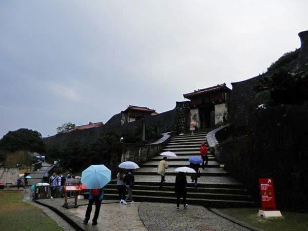雨の首里城入口
