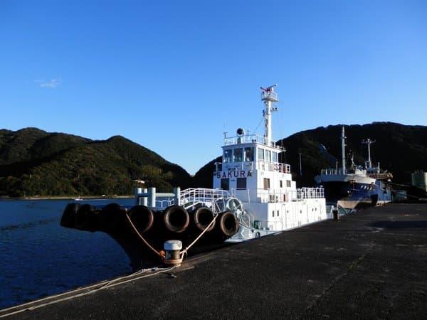 停泊中の船とタンカー