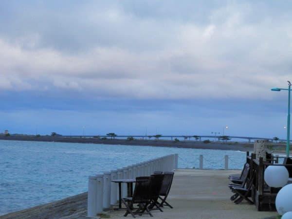 平安座島から浜比嘉島の橋が見えます