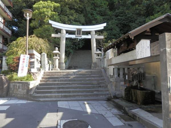 柿本神社の裏入口横です。